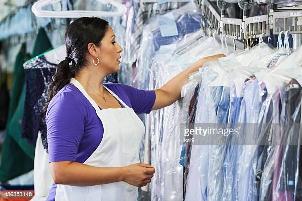 Femme hispanique travaillant dans de nettoyage à sec