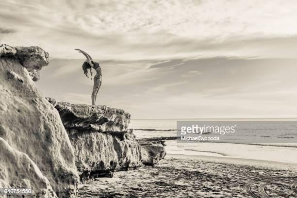 Femmes hispaniques, faire du Yoga sur l'océan