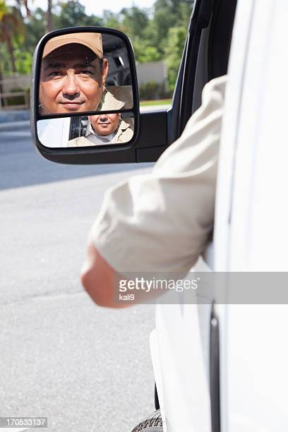 Hispanic Arbeiter mit dem van