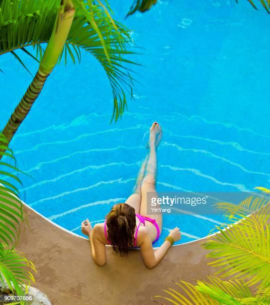 mujer joven hispana en traje de baño bikini de vacaciones en la piscina - playa del carmen fotografías e imágenes de stock