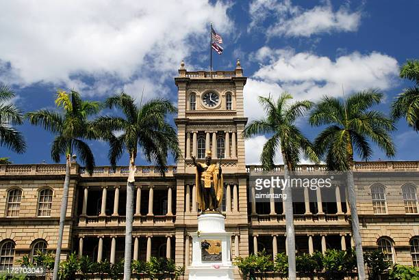 historic aliiolani hale in honolulu - hawaii flag stock pictures, royalty-free photos & images