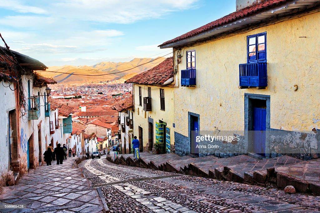 Historic architecture of Cusco along steep street northwest of Plaza de Armas, Peru : Stock-Foto