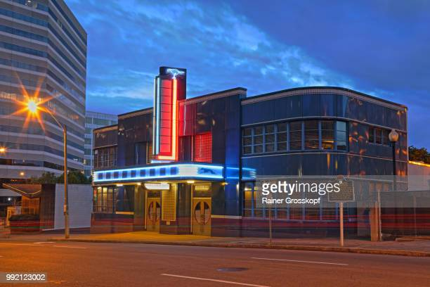historic art deco greyhound bus station at night - rainer grosskopf stock-fotos und bilder