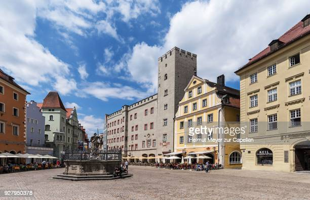 historic buildings with justitia fountain at haidplatz, regensburg, upper palatinate, bavaria, germany - レーゲンスブルク ストックフォトと画像
