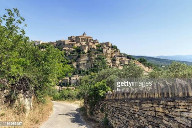 historic city gordes (vaucluse/ provence-alpes-cote d'azur - france) - village photos et images de collection