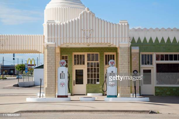 historic conoco tower station and u-drop inn in shamrock, texas - inn stock pictures, royalty-free photos & images