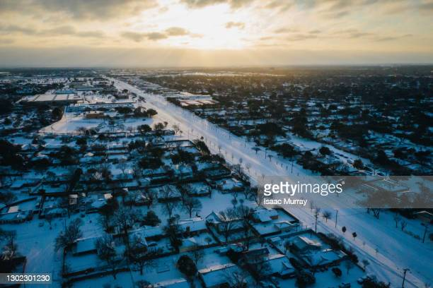 historic dallas winter storm blankets suburbs in snow - texas stockfoto's en -beelden