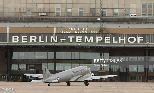 Historic DC-3 airplane, also known as the Rosinenbomber, arrives on the tarmac after a tourist flight at Tempelhof Airport June 29, 2007 in Berlin,...