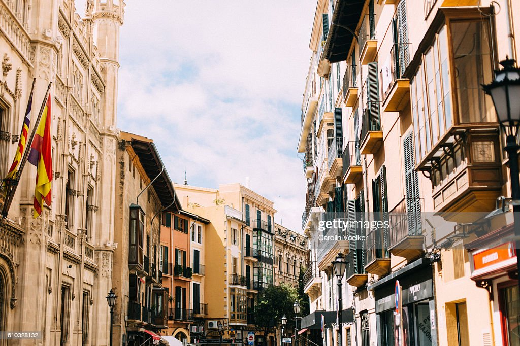 Historic district with typical mediterranean houses and balconies in Palma de Mallorca : Foto de stock