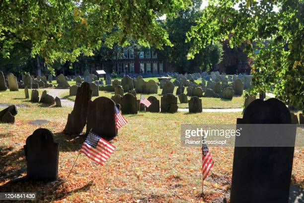 historic gravestones and american flags in copp's hill burying ground in backlight - rainer grosskopf fotografías e imágenes de stock