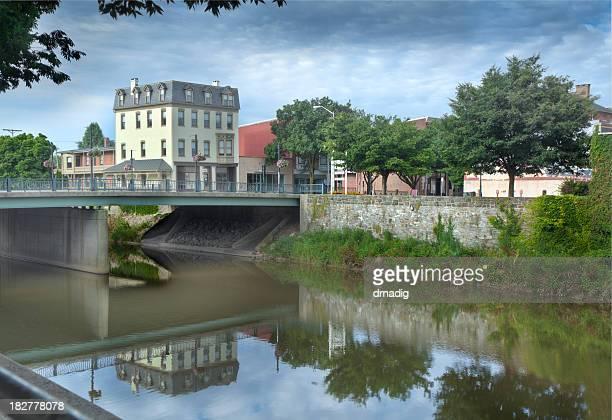 Historisches Hotel, Brücke und Palmen strahlt im Codorus Creek