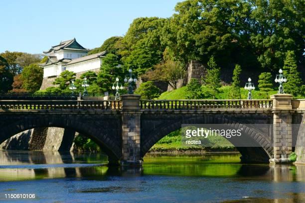 日本の皇居で歴史的な seimon 石橋橋と衛兵塔砲塔 - 皇帝 ストックフォトと画像