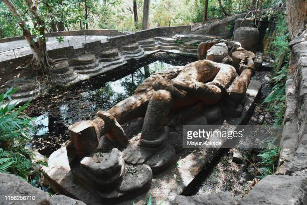 historic sleeping vishnu statue - linda rama imagens e fotografias de stock