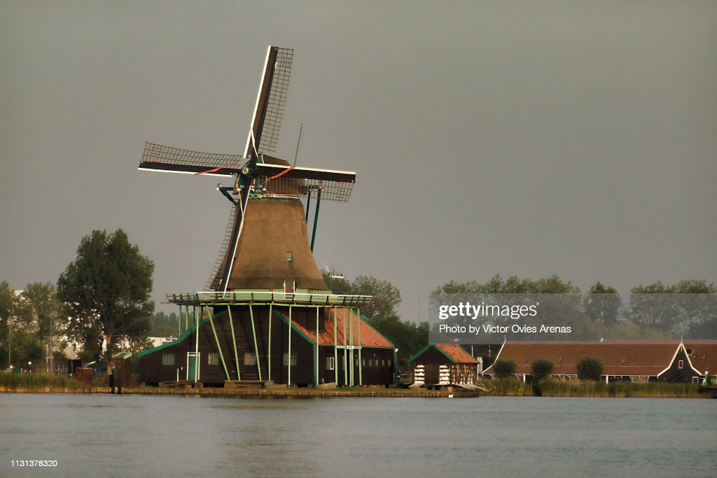 Historic windmill and houses. Traditional Dutch landscape in Zaanse Schans, Netherlands : Foto de stock