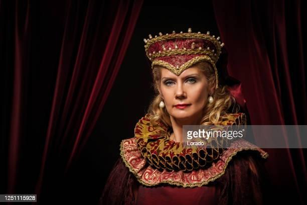 personaje histórico de la reina rubia en el trono - emperatriz fotografías e imágenes de stock