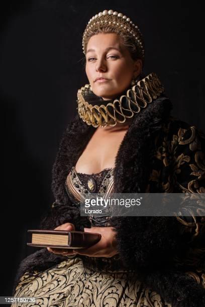 historisch blond karakter van de koningin - koningin koninklijk persoon stockfoto's en -beelden