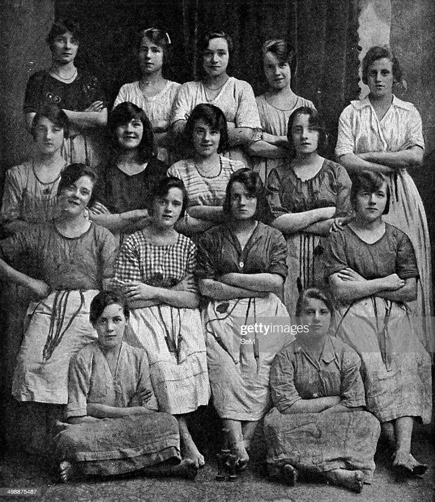 Historical Geography. 1900. Ireland. Girls whose nimble fingers help to make Belfast famous. : News Photo