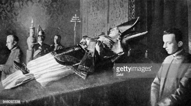 Historical Geography. 1922. Italy. The passing of a Pontiff of Rome. Robed in full pontificals-the stole, the dalmatic, the gloves, the pallium, the...