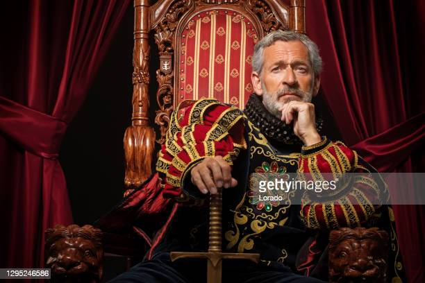 historischer könig im studio-shooting - thron stock-fotos und bilder