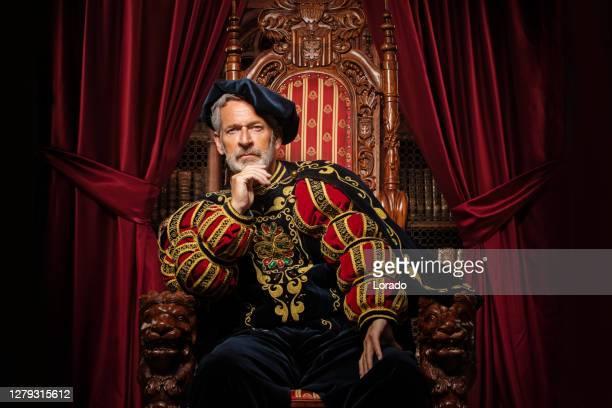 スタジオ撮影で王位に歴史的な王 - 王 ストックフォトと画像