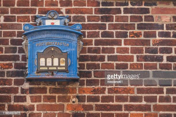 historical mailbox at brick wall, lauenburg, schleswig-holstein, germany - ziegelbau stock-fotos und bilder