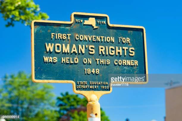 marcador histórico de lo derechos de la mujer primera convención celebrada en seneca falls, nueva york - igualdad de genero fotografías e imágenes de stock