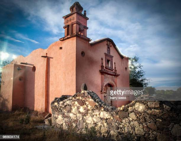 historical mexican church - barry weiss photos et images de collection