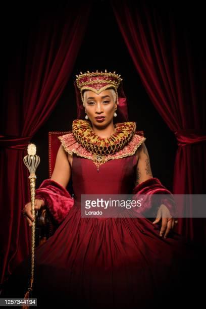 personaje reina de la raza mixta histórica en el trono - emperatriz fotografías e imágenes de stock