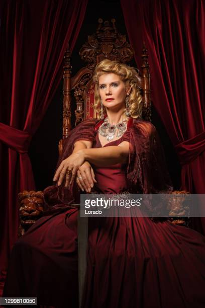 historische königin figur auf dem thron - thron stock-fotos und bilder
