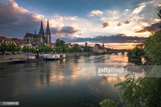 ドイツ・レーゲンスブルクの歴史的な石橋とドナウ川 - クリエイティブストック画像 - レーゲンスブルク ストックフォトと画像