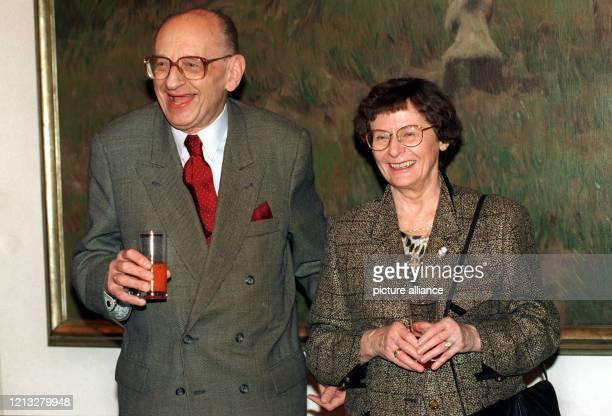 Historiker Publizist und ehemalige Außenminister der Republik Polen aufgenommen mit seiner Ehefrau Sofia am in Düsseldorf anläßlich der Verleihung...