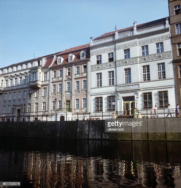Historische Gebäude am Märkischen Ufer in Berlin undatiertes Foto aus dem Jahr 1974 Das dreigeschossige Ermelerhaus stand früher in der Breiten...