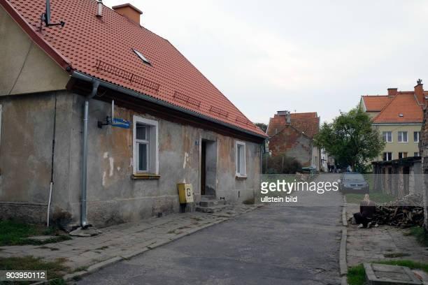 Historische Wohnhäuser der im 2 Weltkrieg weitgehend zerstörten Altstadt entlang der Stadtmauer der polnischen Kleinstadt Morag / Mohrungen