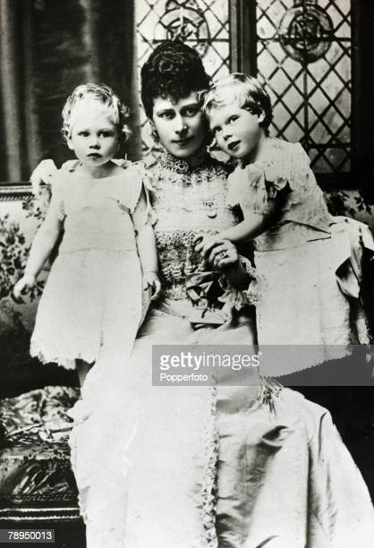History Personalities, British Royalty, pic: circa 1899, The Duchess of York pictured with her sons Princess Albert and Prince Edward, right, The...