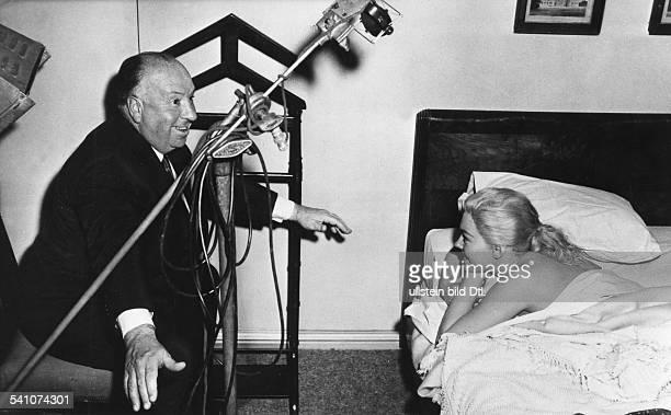 Hitchcock Alfred *13081899 Filmregisseur Filmproduzent GB mit Kim Novak bei Dreharbeiten zu 'Vertigo' 1958