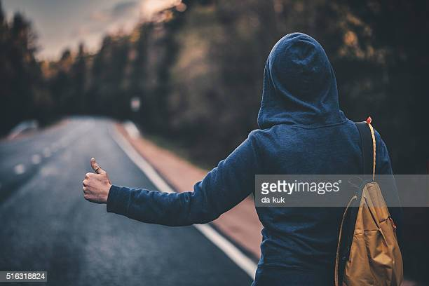 Trampen traveler versuchen, um das Auto auf der Straße