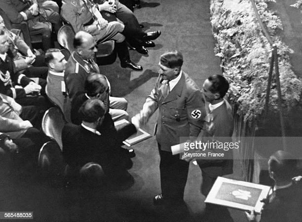 Hitler accompagné de Goebbels à sa gauche remet les prix nationaux du parti aux lauréats les Dr Todt Porsche Messerschmitt et Heinkel le 6 septembre...