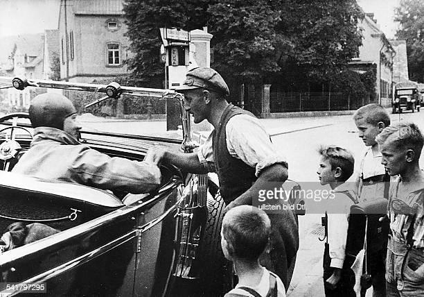 Hitler Adolf *20041889Politiker NSDAP D auf der Fahrt zu einer Wahlkundgebung im Gespräch mit einem Dorfbewohner 1932