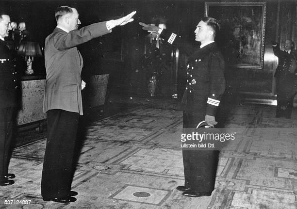 Hitler Adolf Politiker NSDAP D empfängt Kapitänleutnant Günther Prien und die Besatzung seines UBootes in der Reichskanzlei in Berlin nach dem...