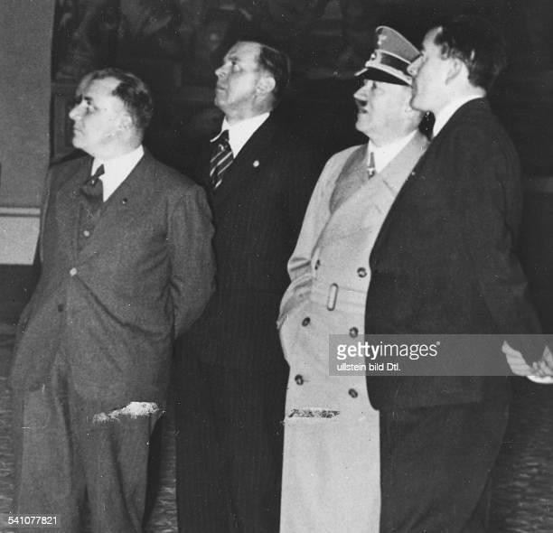 Hitler Adolf*20041889Politiker NSDAP D beim Rundgang durch den Neubau derReichskanzlei in Berlin in der Gruppe Reichsleiter Martin Bormannder...