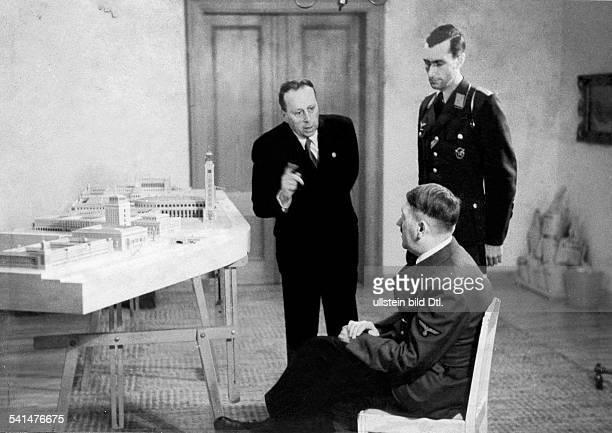 Hitler Adolf*20041889Politiker NSDAP D im Gespräch mit dem Architekten HermannGiesler vor einem Modell der geplantenNeubauten für Linz ad Donau