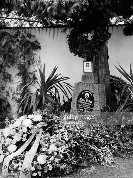Hitler Alois *07061837Zollbeamter Österreich der Grabstein von Alois und Klara Hitler auf dem Friedhof von Leonding bei Linz undatiert
