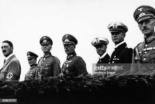 Hitler avec ses commandants en chef Hermann Goering le Maréchal Werner von Blomberg le baron von Fritsch et l'amiral Erich Raeder regardant un défilé...