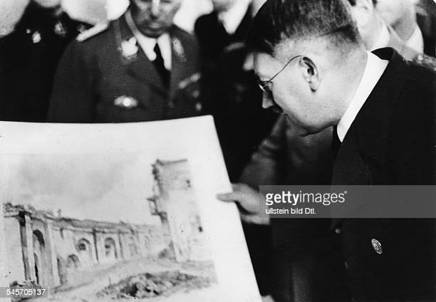 Hitler betrachtet ein geschenktesAquarell2041944