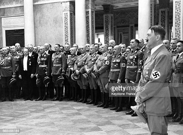 Hitler et l'état-major nazi rassemblés dans la salle des fêtes du château lors d'une cérémonie d'accueil par la ville le 6 novembre 1938 à Weimar,...