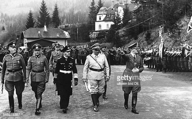 Hitler schreitet in seinem HauptquartierMönichkirchen die Front des'Führerbegleitbatallions' ab links nebenHitler Hermann Göring Erich RaederWalther...
