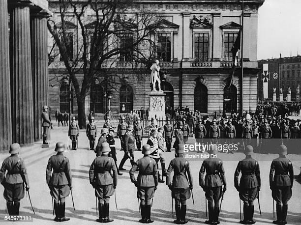 Hitler und seine Begleitung verlassennach der Kranzniederlegung das EhrenmalUnter den Linden in Berlin Von rechtsWerner von Blomberg Adolf...