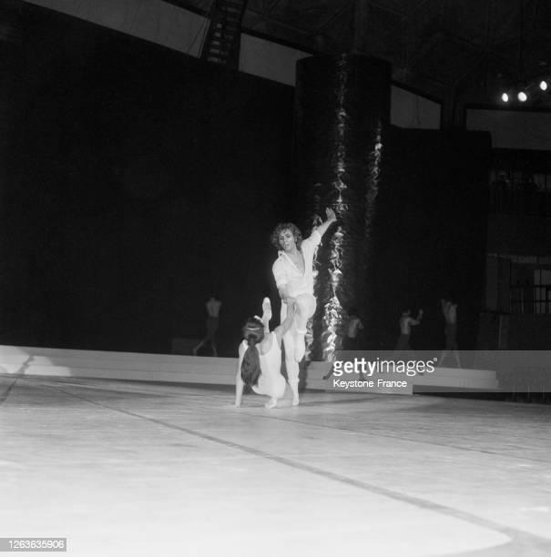 Hitomi Asakawa et Jorge Donn sur la scène du Palais des Sports à Paris, France le 16 décembre 1966.