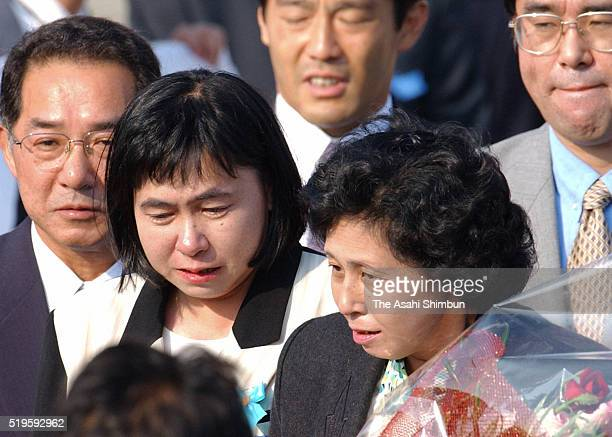 Hitomi Soga and her sister Fumiko Suga are seen upon arrival at Haneda International Airport on October 15 2002 in Tokyo Japan Five of 13 Japanese...