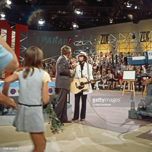 Hitparade, Musiksendung, Deutschland 1969 - 2000, Miwirkender: Danyel Gerard unterhält sich mit Moderator Dieter Thomas Heck.